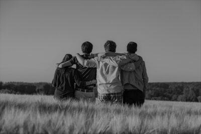 Junge Menschen im Feld