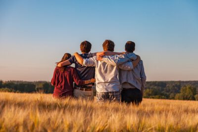 Jugendliche im Feld